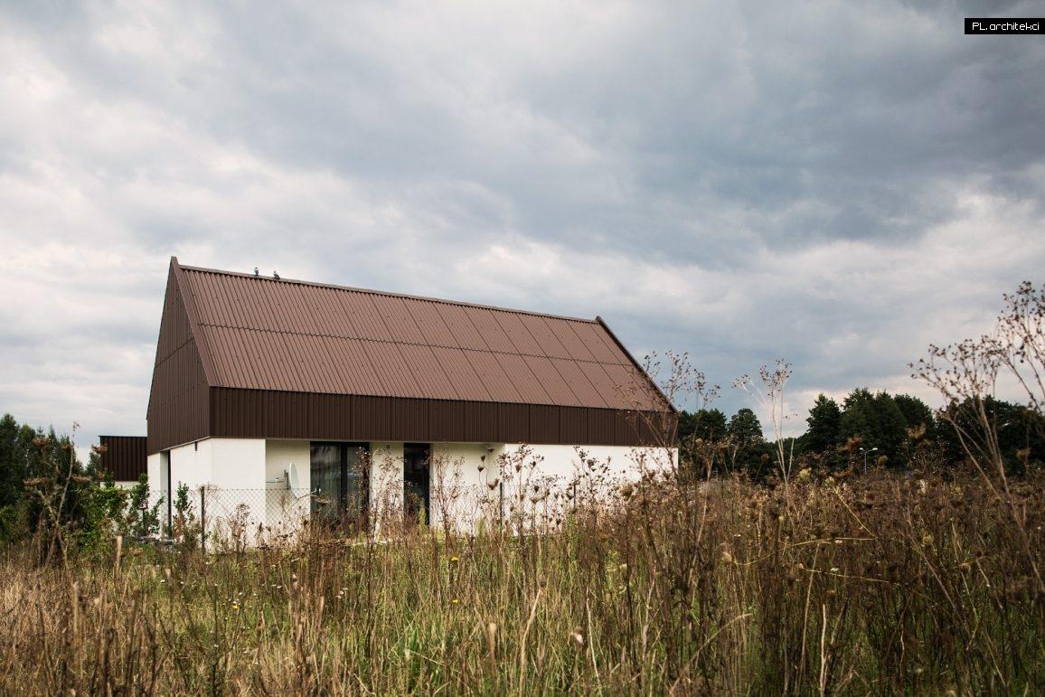 Nowoczesny dom pokryty płytą falistą zaprojektowany przez Bartłomiej Bajon - architekt Poznań