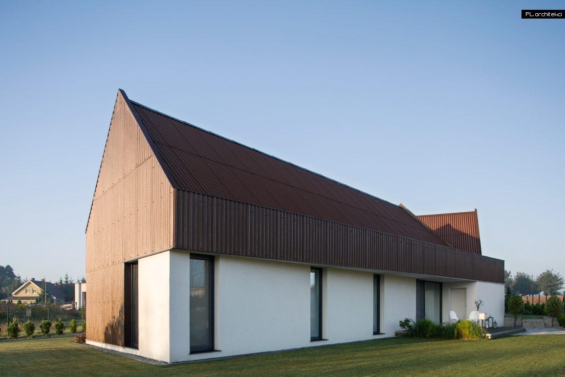 Nowoczesny dom w stylu nowoczesnej stodoły w Błażejewku zaprojektowany przez PL.architekci, architektów z Poznania
