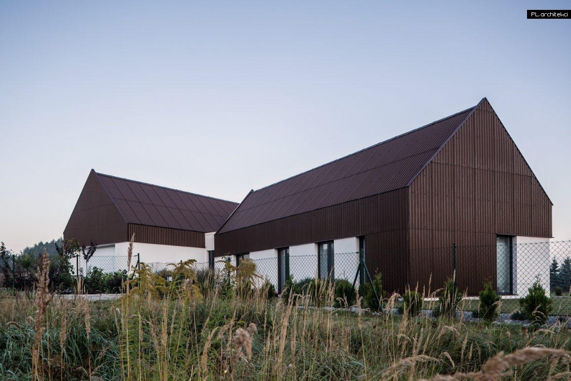 Nowoczesna stodoła pokryta płytą falistą zaprojektowana przez architekta z Poznania PL.architekci