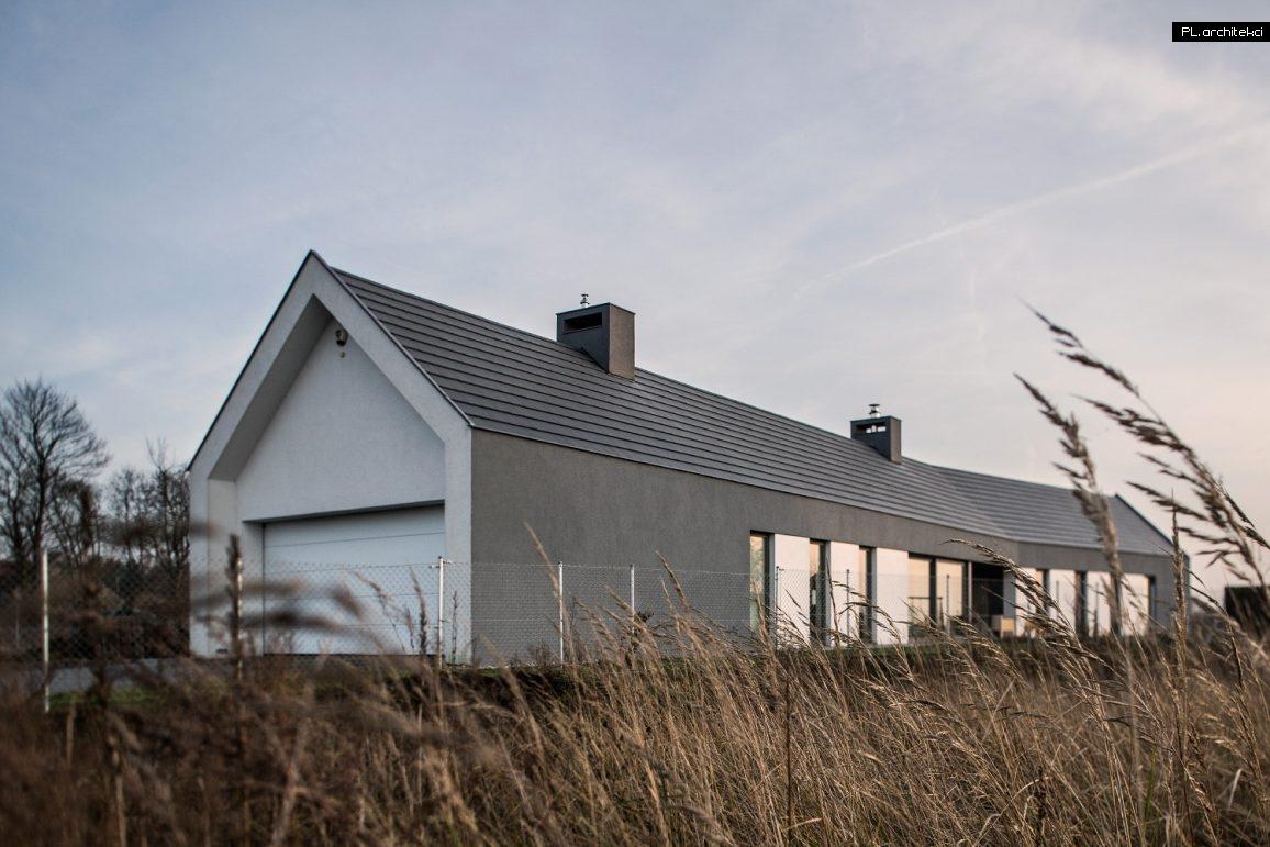 Nowoczesny dom stodoła na wąskiej działce w Ceradzu Kościelnym