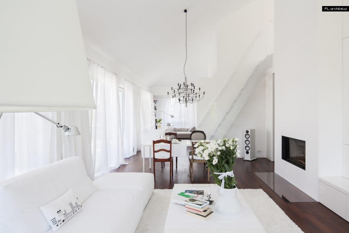 Stylowe białe wnętrze dwupoziomowego apartamentu | Ustka